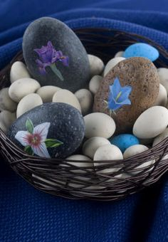 For a long-lasting gift or keepsake of this Easter holiday, devote an hour or two to creating découpage river rocks.