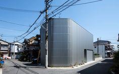 鳳の家 house in otori 大阪府堺市の住宅密集地に建つ木造2階建ての専用住宅。 ご夫婦2人暮らしの空間テーマとしては[プライバシーを確保しつつ風と光を取りこみ居心地の良い住まい]であった。 またビルトインガレージの設置も優先順位が高かった。 そこで出した答えとして一見閉鎖的だが、外観は開口も駐車スペースの存在感もなくし シルバーのガルバリウム板で全体を囲うデザインにした。 風の取り込み方については、外観の一部(道路側と中庭側の2カ所)にメインの外壁のガルバリウム板の素材・色・形状共に同様の物で 平面上互い違いに重ね合わせたスリットを設けたことにより視線は遮り風のみが通り抜けるように。 光の取り込み方については、2カ所ある中庭とドライスペースのそれぞれを少し離して計画し、 その箇所ごとに大きな開口を設けることにより、天空からの光の柱が分散され、1階・2階共に立体感のある光が注ぎ込み、心地よくオープンな中庭を各室から眺められる。 決して広くはない建て坪約13坪という広さで、敷地の外周が塀で囲まれている空間とは思えないくらいの、 開放感、広がり感...