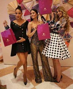 Miss Venezuela Mariam Habach, Miss Thailandia y Miss Colombia Posando para Los Reporteros que Cubren el Magno Evento de la Belleza Universal en en Miss Universe en Filipinas by Antoni Azocar..