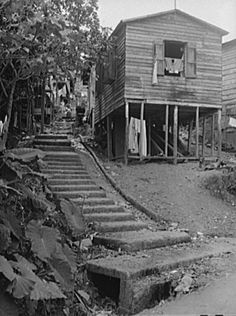 Casa en una calle de Lares, Puerto Rico (1942)