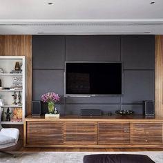Móvel da TV em madeira com painel em couro! {Fonte: Design Decor} #interiores…