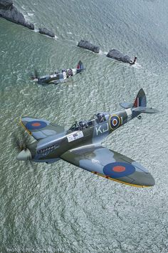 Vintage Planes Spitfires over the The Needles Ww2 Aircraft, Fighter Aircraft, Fighter Jets, Military Jets, Military Aircraft, Spitfire Supermarine, Spitfire Airplane, Photo Avion, The Spitfires