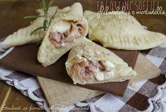 I fagottini soffici philadelphia e mortadella sono delle gustose focaccine ripiene monoporzione, perfette per buffet o compleanni o per una cena sfiziosa.
