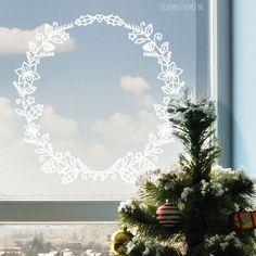 Sierlijke kerst krans raamtekening met hulst, dennentakken, lichtjes, dennenappels, kerststerren en meer.