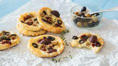 Nápadů narychlé anápadité pohoštění není nikdy dost. Proto vámdnes nabízíme tipnatyto skvělé olivové koláčky. Jejich příprava není žádná věda apřitom jsou neuvěřitelně chutné. Kombinace několika druhů sýra aoliv rozhodně stojí zavyzkoušení.