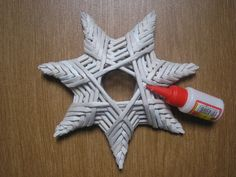 Completion is under the tip of the glue Holiday Crafts, Fun Crafts, Christmas Crafts, Arts And Crafts, Christmas Ornaments, Newspaper Basket, Newspaper Crafts, Stars Craft, Paper Weaving