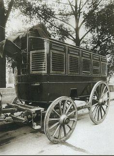 La Voiture dans le Paris d'antan par Eugène Atget - Une voiture pour le transport des prisonniers, en 1910.