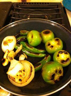 Salsa verde trofológica /// 10 a 12 tomatillos verdes 10 chiles serranos 1/2 cebolla 3 dientes de ajo  Se asan todos los ingredientes y se licúan sin agua y con un poco de sal. Se agrega cilantro y cebolla picada al servir en el recipiente. A disfrutar!