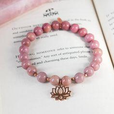 Le bracelet d'yoga de Rhodonite est intentionnellement fait avec grade 8mm Rhodonite A superieur. Le bracelet est détaillé avec des accents de remplissage de l'or rose, complétés avec un superbe 14,5 x 17 mm (boucle incluant) charme Lotus Rose or Vermeil (24k plaqué or sur argent)
