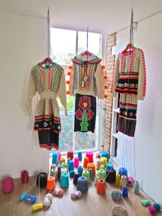 At only London-based luxury knitwear designer Katie Jones has an impressive CV. With memorable internships and a recent degree under her belt, she's showed her collections at London Fashion Wee. Knitwear Fashion, Knit Fashion, Hand Knitting, Knitting Patterns, Ethno Style, Textiles, Bunt, Flower Power, Designer