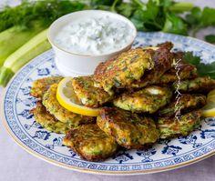 Kolokithokeftedes- Grekiska zucchinibiffar med fetaost Vegan Vegetarian, Vegetarian Recipes, Zeina, Frittata, Veggie Recipes, Tandoori Chicken, Zucchini, Fries, Keto