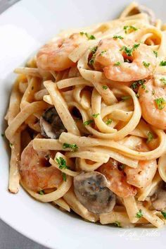 Creamy Prawn (Shrimp) and Mushroom Linguine _ Pasta, prawns (shrimp) and mushrooms in a thick and creamy, lower in fat version without losing the full fat creamy flavour! Prawn Dishes, Seafood Dishes, Pasta Dishes, Seafood Recipes, Cooking Recipes, Healthy Recipes, King Prawn Recipes, Healthy Food, Creamy Shrimp Pasta
