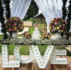 """730 curtidas, 7 comentários - Decor&Rent (@decorrent) no Instagram: """"Perfeição ❤❤❤ Via @noivinhadolavrado - A mesa do bolo! Casamento diurno... Via…"""""""