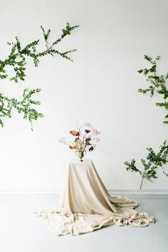 Minimalist and modern bridal style inspiration with floral accents. This simple bridal editorial will give you lots of unique inspiration when it comes to your minimalist wedding design.