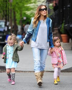 """Sarah Jessica Parker Photos Photos - """"Sex and the City"""" star Sarah Jessica Parker walks her daughters Tabitha and Marion to school on April 30, 2013 in New York City, New York. - Sarah Jessica Parker Takes Her Twins to School"""