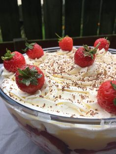 Trifle is a British dessert classic! Who couldn´t like layers of sponge, fruit, custard and whipped cream? Try this easy trifle recipe and see for yourself! Fruit Trifle, Trifle Desserts, Easy Desserts, Dessert Recipes, British Trifle Recipe, Traditional Trifle Recipe, Christmas Trifle, British Desserts, Custard Recipes