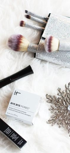 GIVEAWAY: It Cosmetics AMAZING gift card to get all your favorite beauty products like this volumizing mascara or these glitter makeup brushes! By fashion blogger Marie's Bazaar