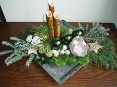 Bilderesultat for kerststukken modern Pine Cone Christmas Decorations, Christmas Flower Arrangements, Christmas Flowers, Christmas Centerpieces, Christmas Wreaths, Christmas Crafts, Christmas Ornaments, Deco Floral, Arte Floral