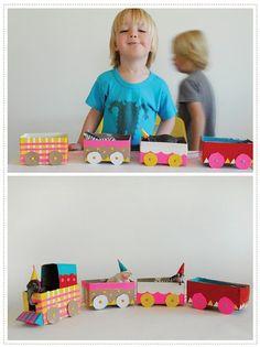 Tren de circo hecho con cajas de té