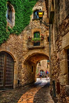 Portal medieval a Pals, Girona. Medieval portal in Pals, Girona, Spain - photo: Mariluz Rodriguez. Places Around The World, The Places Youll Go, Travel Around The World, Places To See, Around The Worlds, Wonderful Places, Beautiful Places, Amazing Places, Medieval Town
