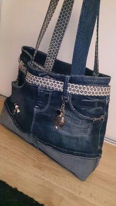 Mon premier sac à main cousu main - réalisé avec une mini jupe en jean - inspiré du tuto http://lydiefraise.canalblog.com/archives/2010/04/05/17461411.html