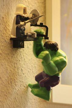 Lego Hulk  Hier ist schön die Wandbefestigung zu sehen. Ich habe ein Legostein mit Loch genommen, und an die Wand geschraubt