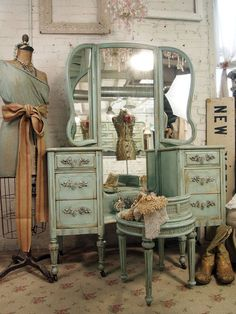 Vintage Painted Cottage Shabby Aqua Chic Vanity by paintedcottages antique romantic vanity Muebles Shabby Chic, Shabby Chic Decor, Vintage Decor, Vintage Furniture, Painted Furniture, Diy Furniture, Bedroom Furniture, Vintage Room, Bedroom Vintage