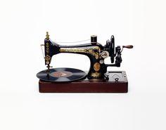 Nancy Fouts artista fotografía photography artist máquina de coser tocadiscos record player sewing machine wtf miraquechulo