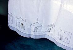 Cortina   Repare no detalhe das janelas e portas bordadas: elas abrem    conforme a movimentação do tecido (Foto: Kiko Ferrite/ Divulgação)