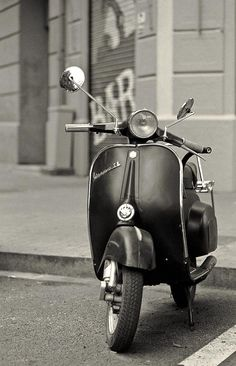 Nice little vespa moped.  Would love to be in Italy right now.