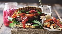 Hjemmelavet burger er altid lækkert. Her får du en sundere udgave af den lækre fastfood.