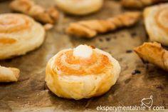 W karnawale warto mieć pod ręką przepisy na przekąski -np. przekąski z ciasta francuskiego.Zatem: ciasto francuskie na słono z pieczonym łososiem i fetą.