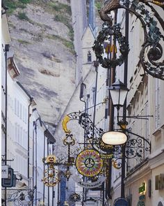 Die #Salzburger #Getreidegasse (mit #Hagenauerplatz und #Badergäßchen) befindet sich in der #Altstadt und ist #Salzburgs wohl berühmteste historische Gasse. Sie beherbergt unter anderem das # #Geburtshaus von #Wolfgang Amadeus #Mozart. Die hohen schmalen Häuserreihen mit zahlreichen schmiedeeisernen Zunftzeichen über den alten Verkaufsläden vermitteln samt den vielgestaltigen Durchhäusern und Innenhöfen ein in sich geschlossenes Bild einer mittelalterlich geprägten #Straße. #Salzburg… Amadeus Mozart, Ph, Medieval, Birthing Center, Indoor Courtyard, Old Town, Velvet, Pictures