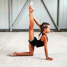 Терпение и труд все перетрут!! Особое внимание тренеры нашей школы уделяют ровной растяжке и равноверному развитию правой и левой ног. Здоровье ребенка для нас на первом месте. На фото гимнастка выполняет элемент растяжки не на рабочую ногу. #фото#спортспб#спорт#гимнастикаспб#гимнастика#спб#набордетей#набордетейвгруппы#дети#гимнастикадлядетей#растяжка#шпагат#шпагаты#хг#тренер#спортивнаяшкола#школахудожественнойгимнастики#санктпетербург#мамаспб#гимнастка#растяжкаспб