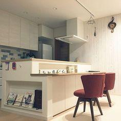 の北欧/マイホーム/新築/34坪/カウンターテーブル/本棚ニッチ…などについてのインテリア実例を紹介。「狭いLDKなので低めのフリーカウンターにして色々できるようにしました☆」(この写真は 2016-12-20 23:40:38 に共有されました) Kitchen Sets, Kitchen Dining, Kitchen Decor, Muji Home, Cafe Counter, Cute House, Home And Deco, Home Organization, Interior Design Living Room