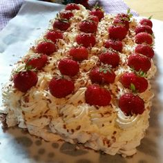 en kaka till: Tårta med rice krispies Baking Recipes, Cookie Recipes, No Bake Desserts, Dessert Recipes, Rice Crisps, Zeina, Swedish Recipes, Bagan, Fancy Cakes
