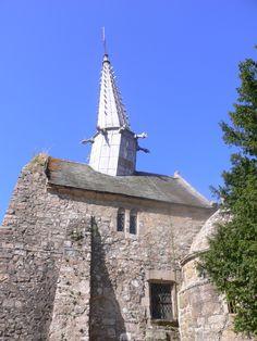 Chapelle St Gonéry, à Plougrescant se singularise par sa flèche inclinée. Celle-ci fut édifiée en 1612 ; elle venait s'implanter sur le clocher datant de la fin du XIIème siècle. Le socle qui n'était pas assez solide s'inclina d'un côté ; la flèche, à couverture de plomb, s'inclina de l'autre côté. Des travaux furent effectués pour consolider l'architecture du clocher mais la flèche resta en l'état.