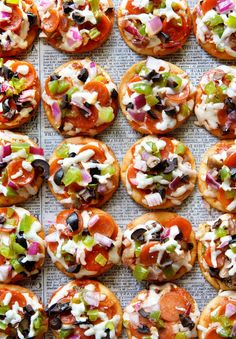 Mini Pizza Bites Bite size pizza made on crackers for your next game day eats! Check it out to see which is the best one to use. Pizza Appetizers, Appetizer Dips, Appetizer Recipes, Cheap Meals, Easy Meals, Mini Pizza Recipes, Pita Pizzas, Pizza Bites, Pizza Party