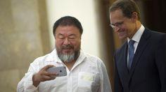 Das große Ai-Weiwei-Missverständnis VON ANDREAS ROSENFELDER UND RONJA VON RÖNNE  Selbstportraits mit Fremden: Ai Weiwei mit Smartphone und dem Berliner Bürgermeister Michael Müller