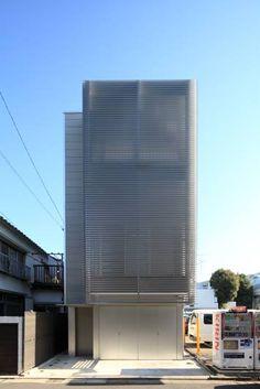 位於東京都文京區的這個17坪木造建築,地下1階是RC造,地上3階是木造,半地下1階是作為音樂教室、其他部份則是住居使用。敷地的周邊環境、南側是幅員4公尺的道路、東側是容納20台車輛的駐車場,為了隱私和採光的兼顧,以格柵作為緩衝讓外觀同時達成兩項要求。純白簡約的住家氛圍,在光影的交替下讓17坪的空間有放大效果。  via 岡部克哉建築設計事務所