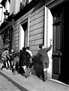 sonnerie d'enfant à une porte doisneau | Oiseau-Lyre / Jacques Prévert « Le silence qui parle