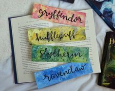 27 magical Harry Potter Bullet Journal layout and spread magical Harry Potter Bullet Journal layout and spread ideasDIY Hogwarts inspired house notebooks; Harry Potter craft idea(no title) Cadeau Harry Potter, Harry Potter Bookmark, Creative Bookmarks, Diy Bookmarks, Homemade Bookmarks, Harry Potter Houses, Harry Potter Diy, Harry Potter Printables, Watercolor Bookmarks