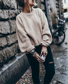 19 Cute and Cozy Oversized Sweater Outfits 2019 These oversized sweater outfit ideas are everything you need and more for the cold weather! The post 19 Cute and Cozy Oversized Sweater Outfits 2019 appeared first on Sweaters ideas. Oversized Sweater Outfit, Loose Sweater, Sweater Weather Outfits, Baggy Sweater Outfits, Pullover Outfits, Cold Weather Outfits For School, Slouchy Sweater, Cute Oversized Sweaters, Brown Sweater