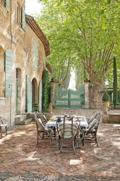 Beautiful French Country Bastide: Château Mireille Rustic and elegant: Provençal home, European farmhouse, French farmhouse, and French country design inspiration from Chateau Mireille. Photo: Haven In. South of France century Provence Villa luxury va Country Stil, Modern French Country, Country Farmhouse Decor, French Farmhouse, French Country Decorating, Modern Farmhouse, French Style, French Patio, Farmhouse Front