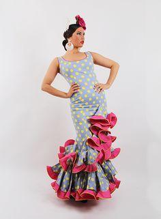 Trajes de gitana baratos para Señora en color lila con lunares amarillos, vestido de talle bajo con subida lateral con dos volantes cuenta con un toque en rosa fucsia, son de tirantes. http://www.elrocio.es/trajes-de-flamenca-talla-36/1777-trajes-de-gitana-baratos.html