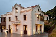 A CORUÑA, LAXE. Hotel Rústico A Torre de Laxe. Hotel con encanto con 7 habitaciones (1 suite, 2 dobles especiales y 4 dobles estándar) cálidas y elegantes. Todas disponen de baño (algunas con #jacuzzi). Comedor, salón con chimenea y cocina. Cuenta con una terraza con espectaculares vistas, un local para eventos y 13.000 m² de jardines con piscina, minigolf, ping-pong. A 3 km de las playas de Soesto, Laxe y Traba. Fisterre a 40 Km., A Coruña a 50 Km. y Santiago a 65 Km. #HotelRuralConEncanto