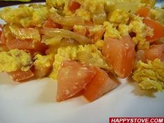 Scrambled Eggs with Tomatoes and Onions - Recipe -Follow this simple and original  recipe and enjoy these delicious Scrambled Eggs with the fresh taste of tomatoes and the rich flavor of onions. A quick and great alternative for a classic breakfast dish.