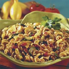 Vegetable-Bacon Noodle Toss - For a vegetarian version of this dish, omit the bacon, and sauté the chopped onion in 2 tsp. Dinner Dishes, Pasta Dishes, Food Dishes, Main Dishes, Pasta Sauces, Side Dishes, Food Food, Pasta Sauce Olives, Light Pasta