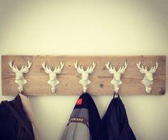 Kapstok gemaakt van steigerhout en herten-haakjes.