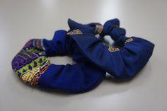 シュシュ(青) ハンドメイドの温かさが伝わるラオスの布を、ぜひ身につけて頂きたくシュシュに仕立てました。混シルク地とコットン地の2種類をお取り扱いしております。